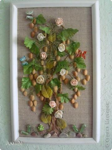 """Всем привет! Когда-то  с ребятами на кружке далали вот такое сказочное дерево. Вот решила показать. Ствол из бумажного шпагата, цветы и листья искуственные. Сначала хотели сделать дерево """"Золотой дождь"""",  для соцветий использовали фистажки, но было как-то мрачно добавили зелени, розы и живности (лягушку, бабочек) Не судите строго. фото 1"""