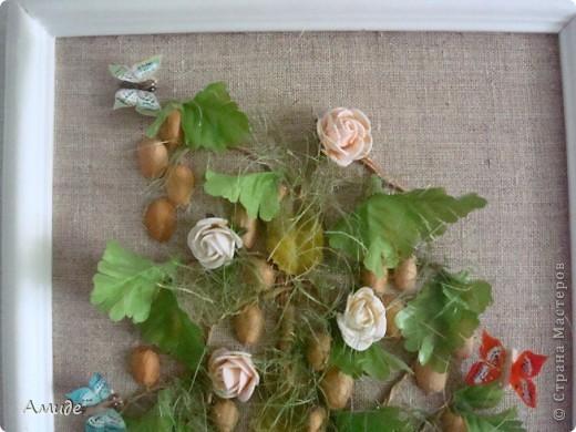 """Всем привет! Когда-то  с ребятами на кружке далали вот такое сказочное дерево. Вот решила показать. Ствол из бумажного шпагата, цветы и листья искуственные. Сначала хотели сделать дерево """"Золотой дождь"""",  для соцветий использовали фистажки, но было как-то мрачно добавили зелени, розы и живности (лягушку, бабочек) Не судите строго. фото 2"""