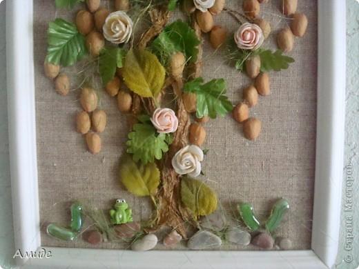 """Всем привет! Когда-то  с ребятами на кружке далали вот такое сказочное дерево. Вот решила показать. Ствол из бумажного шпагата, цветы и листья искуственные. Сначала хотели сделать дерево """"Золотой дождь"""",  для соцветий использовали фистажки, но было как-то мрачно добавили зелени, розы и живности (лягушку, бабочек) Не судите строго. фото 3"""