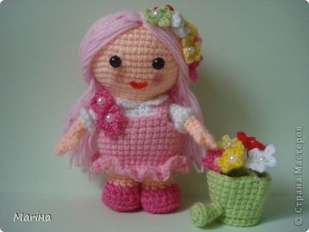 """Всем здравствуйте! Связалась такая куколка-цветочница ( по переводу с сайта """"Амигуруми, всех стран соединяйтесь""""). фото 1"""