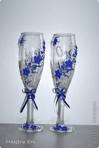 Здравствуйте! Спасибо, что зашли!  Эти бокалы были сделаны к свадьбе, в украшении которой преобладает васильковый цвет. Это вид спереди. На фото рисунок виден не четко из-за преобладания в декоре прозрачных элементов - бисера и стеклянных капелек. Ниже будет видно четче (в коробке). фото 1