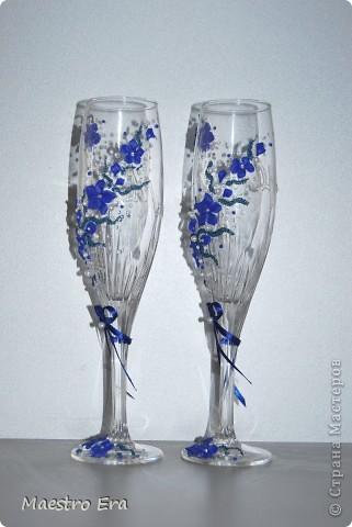 Здравствуйте! Спасибо, что зашли!  Эти бокалы были сделаны к свадьбе, в украшении которой преобладает васильковый цвет. Это вид спереди. На фото рисунок виден не четко из-за преобладания в декоре прозрачных элементов - бисера и стеклянных капелек. Ниже будет видно четче (в коробке). фото 2