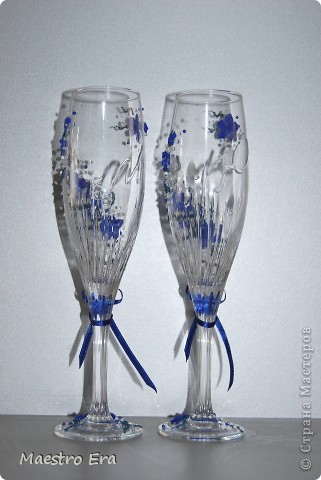 Здравствуйте! Спасибо, что зашли!  Эти бокалы были сделаны к свадьбе, в украшении которой преобладает васильковый цвет. Это вид спереди. На фото рисунок виден не четко из-за преобладания в декоре прозрачных элементов - бисера и стеклянных капелек. Ниже будет видно четче (в коробке). фото 3