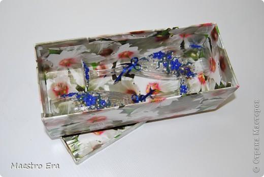 Здравствуйте! Спасибо, что зашли!  Эти бокалы были сделаны к свадьбе, в украшении которой преобладает васильковый цвет. Это вид спереди. На фото рисунок виден не четко из-за преобладания в декоре прозрачных элементов - бисера и стеклянных капелек. Ниже будет видно четче (в коробке). фото 4