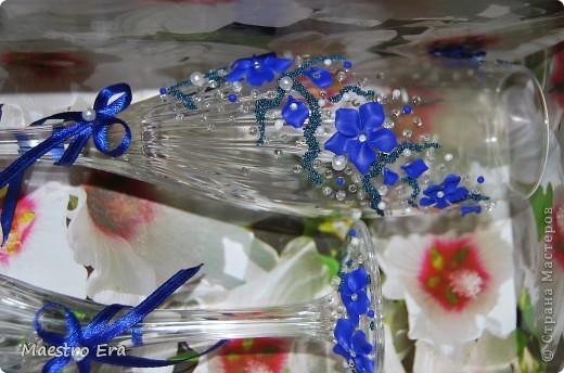 Здравствуйте! Спасибо, что зашли!  Эти бокалы были сделаны к свадьбе, в украшении которой преобладает васильковый цвет. Это вид спереди. На фото рисунок виден не четко из-за преобладания в декоре прозрачных элементов - бисера и стеклянных капелек. Ниже будет видно четче (в коробке). фото 5