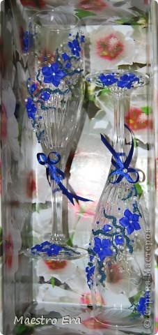 Здравствуйте! Спасибо, что зашли!  Эти бокалы были сделаны к свадьбе, в украшении которой преобладает васильковый цвет. Это вид спереди. На фото рисунок виден не четко из-за преобладания в декоре прозрачных элементов - бисера и стеклянных капелек. Ниже будет видно четче (в коробке). фото 6