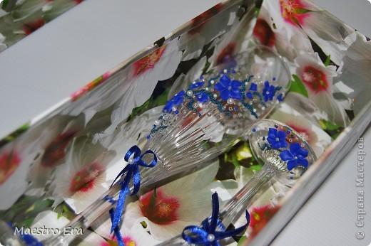 Здравствуйте! Спасибо, что зашли!  Эти бокалы были сделаны к свадьбе, в украшении которой преобладает васильковый цвет. Это вид спереди. На фото рисунок виден не четко из-за преобладания в декоре прозрачных элементов - бисера и стеклянных капелек. Ниже будет видно четче (в коробке). фото 7