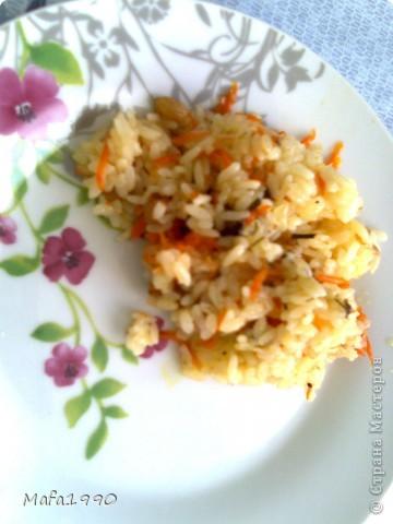 Рецепт очень прост, а вкус просто необыкновенный. Необходимо:  - рис 1 стакан - мясо 200 грамм - морковь 1 шт средняя - лук 1 шт - чеснок 2 зубчика - соль - специи - вода  В утятнице или сковороде с толстыми стенками поджариваем пол стакана риса, далее добавляем нашинкованный лук, натертую морковь, и специи (мы добавляем хмели-сунели, смесь прованских трав, черный перец). Затем на эту поджарку укладываем куски мяса засыпаем еще пол стакана промытого риса, добавляем чеснок и заливаем водой (на 2 см вода должна покрывать рис).  Добавляем соль. Закрываем крышкой. Ставим на 40-50 минут в духовку (180 С'). По краям образуется очень вкусная корочка. Вода полностью испаряется. фото 1
