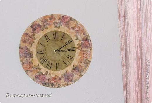 обод из цветов-салфетки 2 видов-вырезала большое кол-во роз...и приклеила в технике декупаж Часики делала под новые шторы в спальне....теперь на очереди-рамка для фото в этом же стиле фото 1