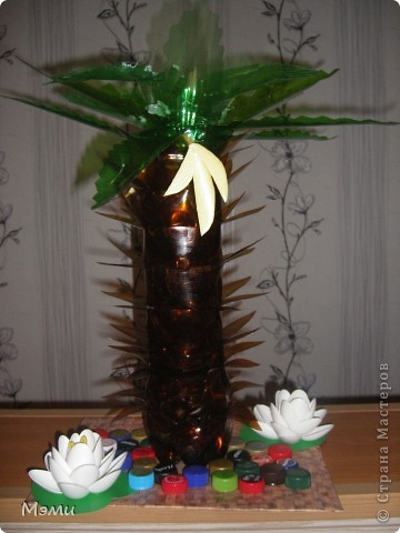 Пальма из пластиковых бутылок, бананы из лотков, лотосы из одноразовых ложек. фото 1