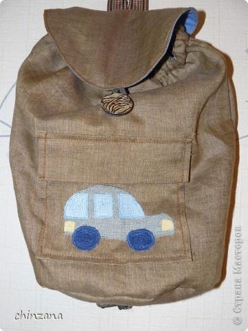 Скоро у моего любимого крестничка день рождения. Решила, что большому любителю машинок просто необходим рюкзачок для того, чтобы свой огромный автопарк можно было бы куда-нибудь вынести. Например, на прогулку. Конечно, пакеты - это универсально, но рюкзак все-таки удобнее :) Идею исполнения взяла отсюда http://paperscrapapt.blogspot.com/search/label/%D0%A1%D1%83%D0%BC%D0%BA%D0%B8%20%D0%B4%D0%B5%D1%82%D1%81%D0%BA%D0%B8%D0%B5 Но там рюкзачок для девочки, а мне нужно было именно мальчиковый вариант и непременно с карманом! Разве есть мальчики, которые не любят карманы?!! фото 1