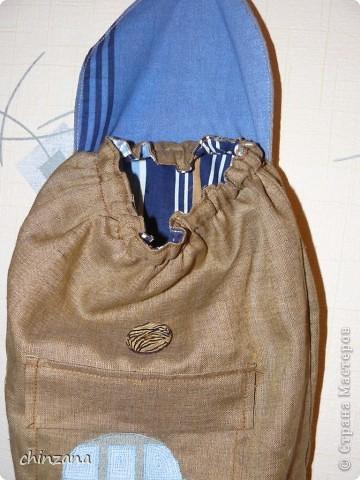 Скоро у моего любимого крестничка день рождения. Решила, что большому любителю машинок просто необходим рюкзачок для того, чтобы свой огромный автопарк можно было бы куда-нибудь вынести. Например, на прогулку. Конечно, пакеты - это универсально, но рюкзак все-таки удобнее :) Идею исполнения взяла отсюда http://paperscrapapt.blogspot.com/search/label/%D0%A1%D1%83%D0%BC%D0%BA%D0%B8%20%D0%B4%D0%B5%D1%82%D1%81%D0%BA%D0%B8%D0%B5 Но там рюкзачок для девочки, а мне нужно было именно мальчиковый вариант и непременно с карманом! Разве есть мальчики, которые не любят карманы?!! фото 4
