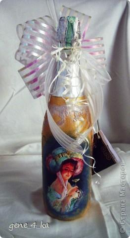 У сотрудницы на работе был День рождения, вот смастерила ей в подарок такую бутылку на скорую руку, сейчас уже вижу много недостатков, но что  сделано то сделано, уже не исправить... Теперь думаю, что надо было покрасить и верх бутылки... фото 2