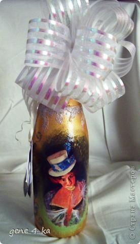 У сотрудницы на работе был День рождения, вот смастерила ей в подарок такую бутылку на скорую руку, сейчас уже вижу много недостатков, но что  сделано то сделано, уже не исправить... Теперь думаю, что надо было покрасить и верх бутылки... фото 4