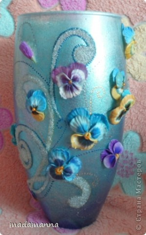 """Доброго вам времени суток, дорогие друзья и просто гости! предлагаю вашему вниманию новую вазу """"Анютины глазки"""". Ваза сделана по заказу знакомой, объем около 3.5 литров. использовала витражные краски, холодный фарфор и контуры по стеклу, в серединку цветков вставлены перламутровые бусинки, покрыта лаком-спреем  в 5 слоев, можно использовать по назначению....Самой мне она не очень нравится, с нетерпением жду критических замечаний, а пока просто покажу со всех сторон фото 1"""