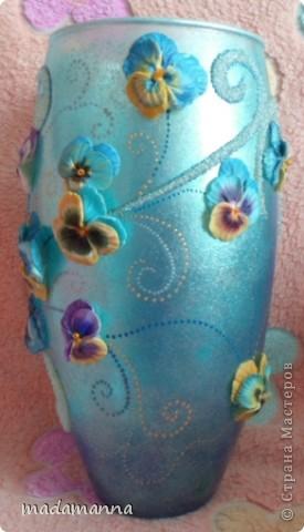 """Доброго вам времени суток, дорогие друзья и просто гости! предлагаю вашему вниманию новую вазу """"Анютины глазки"""". Ваза сделана по заказу знакомой, объем около 3.5 литров. использовала витражные краски, холодный фарфор и контуры по стеклу, в серединку цветков вставлены перламутровые бусинки, покрыта лаком-спреем  в 5 слоев, можно использовать по назначению....Самой мне она не очень нравится, с нетерпением жду критических замечаний, а пока просто покажу со всех сторон фото 2"""