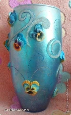 """Доброго вам времени суток, дорогие друзья и просто гости! предлагаю вашему вниманию новую вазу """"Анютины глазки"""". Ваза сделана по заказу знакомой, объем около 3.5 литров. использовала витражные краски, холодный фарфор и контуры по стеклу, в серединку цветков вставлены перламутровые бусинки, покрыта лаком-спреем  в 5 слоев, можно использовать по назначению....Самой мне она не очень нравится, с нетерпением жду критических замечаний, а пока просто покажу со всех сторон фото 3"""