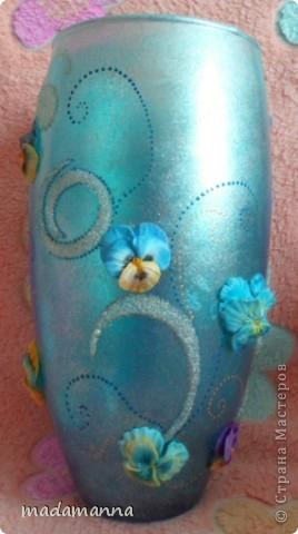 """Доброго вам времени суток, дорогие друзья и просто гости! предлагаю вашему вниманию новую вазу """"Анютины глазки"""". Ваза сделана по заказу знакомой, объем около 3.5 литров. использовала витражные краски, холодный фарфор и контуры по стеклу, в серединку цветков вставлены перламутровые бусинки, покрыта лаком-спреем  в 5 слоев, можно использовать по назначению....Самой мне она не очень нравится, с нетерпением жду критических замечаний, а пока просто покажу со всех сторон фото 4"""