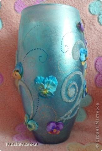 """Доброго вам времени суток, дорогие друзья и просто гости! предлагаю вашему вниманию новую вазу """"Анютины глазки"""". Ваза сделана по заказу знакомой, объем около 3.5 литров. использовала витражные краски, холодный фарфор и контуры по стеклу, в серединку цветков вставлены перламутровые бусинки, покрыта лаком-спреем  в 5 слоев, можно использовать по назначению....Самой мне она не очень нравится, с нетерпением жду критических замечаний, а пока просто покажу со всех сторон фото 5"""
