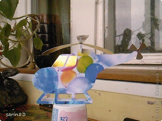 Всем здравствуйте. Вот моя первая такая работа. Решила сделать открытку на день рожденье племяннику, чтобы не как у всех :) Лопасти наверху подвижны (крутятся). А вовнутрь я положила денежку, как дополнение к открытке. На боку вертолета инициалы именинника и дата рождения. фото 11