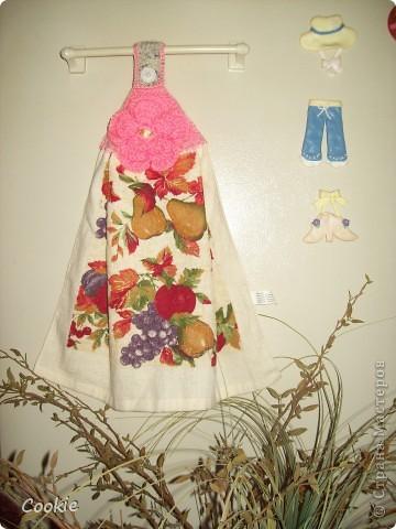 Верх полотенца обвязан крючком, наверх пришит цветок фото 2