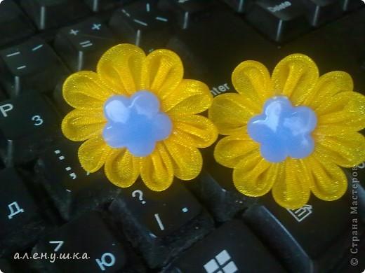 Лето...жара...тоненькие косички у моей 3-х летней доченьки...вот и сделала неведомые цветики из органзы.