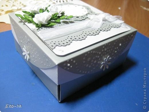 Так я решила украсить коробочку для денежного подарка. Цветы и веточки самодельные по МК Астории. фото 3