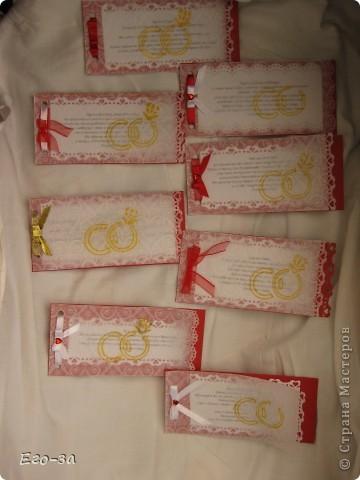 Приглашения на свадьбу решено было сделать в красно-белой гамме. Сверху калька, украшенная золотыми кольцами. фото 6