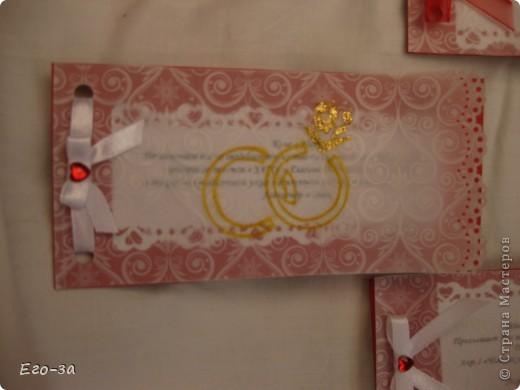 Приглашения на свадьбу решено было сделать в красно-белой гамме. Сверху калька, украшенная золотыми кольцами. фото 1