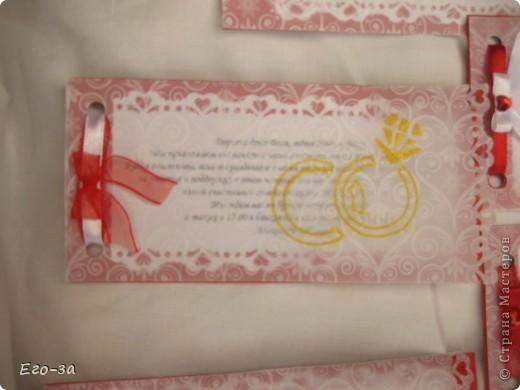 Приглашения на свадьбу решено было сделать в красно-белой гамме. Сверху калька, украшенная золотыми кольцами. фото 4