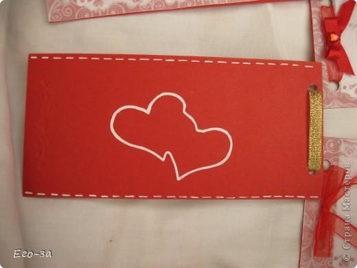Приглашения на свадьбу решено было сделать в красно-белой гамме. Сверху калька, украшенная золотыми кольцами. фото 3