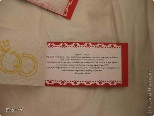 Приглашения на свадьбу решено было сделать в красно-белой гамме. Сверху калька, украшенная золотыми кольцами. фото 2