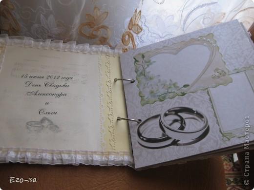 Этот элемент в оформлении альбома для пожеланий молодоженам мне кажется самым трогательным - его придумала сама невеста. Материал - клеевые полубусины. фото 4