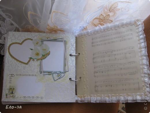 Этот элемент в оформлении альбома для пожеланий молодоженам мне кажется самым трогательным - его придумала сама невеста. Материал - клеевые полубусины. фото 8