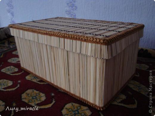 """Моя подруга, швея, давно мечтала о красивом коробе для швейных мелочей. К какому-то празднику заказала мне на подарок (чтобы я купила). Походила-побродила я по магазинам и осталась в шоке - и от цены и от качества. Потом задумалась - а что сложного сделать самой?) Извините, сам процесс не запечалила. В двух словах: основа - картонная коробка, """"облицовка"""" - бамбуковые шпажки, бамбуковый коврик для горячего, тесьма и ткань дщля оббивки. Для скрепления использовала """"Момент"""" и двусторонний скотч. фото 1"""