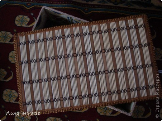 """Моя подруга, швея, давно мечтала о красивом коробе для швейных мелочей. К какому-то празднику заказала мне на подарок (чтобы я купила). Походила-побродила я по магазинам и осталась в шоке - и от цены и от качества. Потом задумалась - а что сложного сделать самой?) Извините, сам процесс не запечалила. В двух словах: основа - картонная коробка, """"облицовка"""" - бамбуковые шпажки, бамбуковый коврик для горячего, тесьма и ткань дщля оббивки. Для скрепления использовала """"Момент"""" и двусторонний скотч. фото 3"""