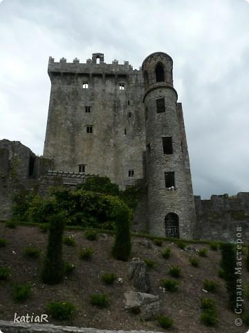 Cреди изумрудной зелени холмов  возвышается крепость.Построенной более 500 лет назад. фото 1