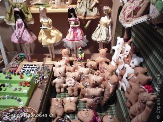 Доброго времени суток всем жителям Страны!В июне в нашем городе проходила выставка кукол и  других видов рукоделия.Немножечко поздно,но все же выкладываю фото с этой выставки,и заранее прошу прощения за качество.Это работы мастера по фелтингу. фото 9