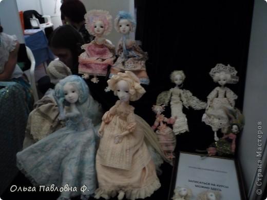 Доброго времени суток всем жителям Страны!В июне в нашем городе проходила выставка кукол и  других видов рукоделия.Немножечко поздно,но все же выкладываю фото с этой выставки,и заранее прошу прощения за качество.Это работы мастера по фелтингу. фото 10