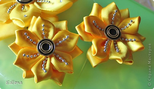 Вообще то хотела подсолнухи увиденные у bog-in-ya http://stranamasterov.ru/node/386986, а получились такие вот цветочки)) Это набор, заколка и две резиночки).. фото 2