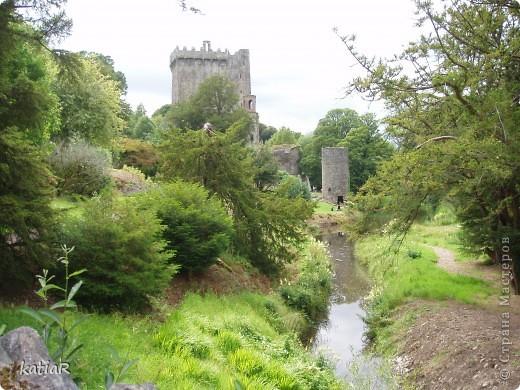 Cреди изумрудной зелени холмов  возвышается крепость.Построенной более 500 лет назад. фото 7