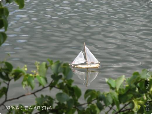 Кораблик делал мой муж на отдыхе на Сенежском озере. Это было сделано из подручных материалов: кусок деревяшки, палочки, веревочки, пакет полиэтиленовый, консервная банка, утяжелителем служит большой шуруп. фото 2