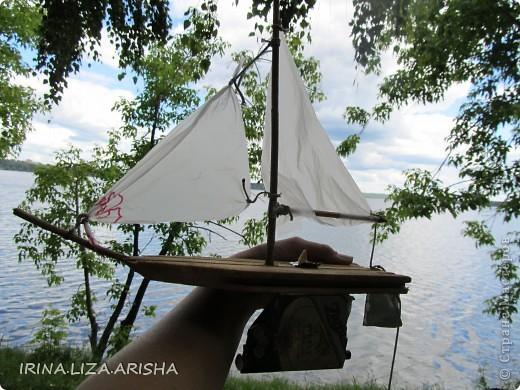 Кораблик делал мой муж на отдыхе на Сенежском озере. Это было сделано из подручных материалов: кусок деревяшки, палочки, веревочки, пакет полиэтиленовый, консервная банка, утяжелителем служит большой шуруп. фото 1