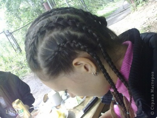 В очередной раз доплетая косы своей дочери я вдруг подумала, а сколько же раз я плела косички своим дочкам в таком объеме? Оказалось что уже лет 8 я хотя бы раз в год это делаю. И решила собрать все наши эксперименты с волосами... Эту прическу я уже выставляла в посте где описывала выпускной образ, но повторюсь Подробнее об образе http://stranamasterov.ru/node/385587  фото 14