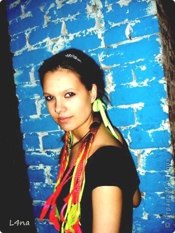 В очередной раз доплетая косы своей дочери я вдруг подумала, а сколько же раз я плела косички своим дочкам в таком объеме? Оказалось что уже лет 8 я хотя бы раз в год это делаю. И решила собрать все наши эксперименты с волосами... Эту прическу я уже выставляла в посте где описывала выпускной образ, но повторюсь Подробнее об образе http://stranamasterov.ru/node/385587  фото 20