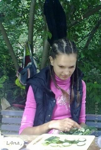 В очередной раз доплетая косы своей дочери я вдруг подумала, а сколько же раз я плела косички своим дочкам в таком объеме? Оказалось что уже лет 8 я хотя бы раз в год это делаю. И решила собрать все наши эксперименты с волосами... Эту прическу я уже выставляла в посте где описывала выпускной образ, но повторюсь Подробнее об образе http://stranamasterov.ru/node/385587  фото 13