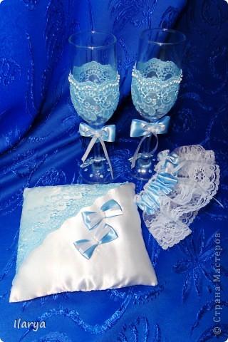 """Мои скромные свадебные комплекты, которым нескромно присваиваю имена невест, их заказавших))) Самый первый, для сестры- """"Алёна"""". Правда ,она взяла только подвязку и подушечку, бокалы ей в магазине приглянулись расписные... фото 5"""