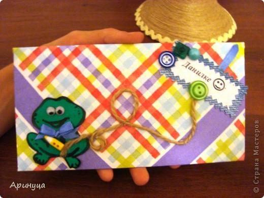 Бумагу для конвертика делала из белой плотной бумаги и салфетки (идею нашла тут http://stranamasterov.ru/node/152513?c=favorite)а шаблоном конверта послужил обычный покупной конверт для денег.