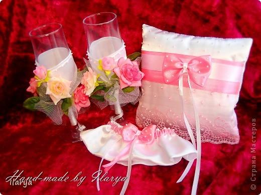 """Мои скромные свадебные комплекты, которым нескромно присваиваю имена невест, их заказавших))) Самый первый, для сестры- """"Алёна"""". Правда ,она взяла только подвязку и подушечку, бокалы ей в магазине приглянулись расписные... фото 4"""
