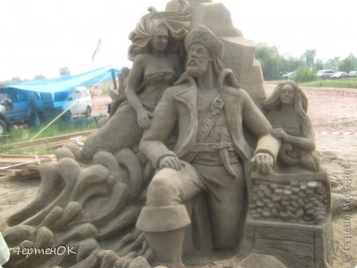 Здравствуйте, уважаемые мастерицы! В эти выходные у нас на пляже проходил конкурс песчаных скульптур. К сожалению, в субботу я забыла взять с собой фотоаппарат, да и дождь пошел, так что процесс создания шедевров останется за кадром. А вот показать результат могу. Это что-то невероятное!!! Комментарии излишни =) фото 1